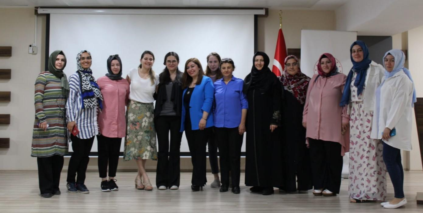 """Fakültemiz Öğretim Elemanları Doç. Dr. Sultan Güçlü ile Araş. Gör. Emel Elem Tarafından """"Kadın Hayatının Evreleri"""" Konusunda Eğitim"""