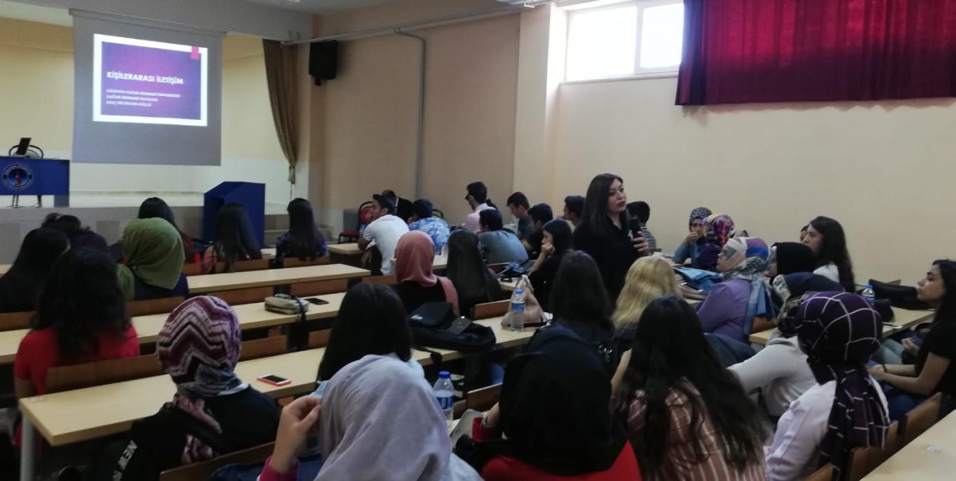 """Fakültemiz Öğretim Üyesi Doç. Dr. Sultan Güçlü Gediz Shmyo ile Simav Shmyo Öğrencilerine """"Kişilerarası İletişim"""" Konusunda Bir Seminer Verdi."""